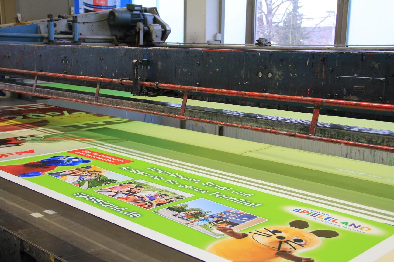 Vorgedruckter Digitaldruck wird im Siebdruck veredelt